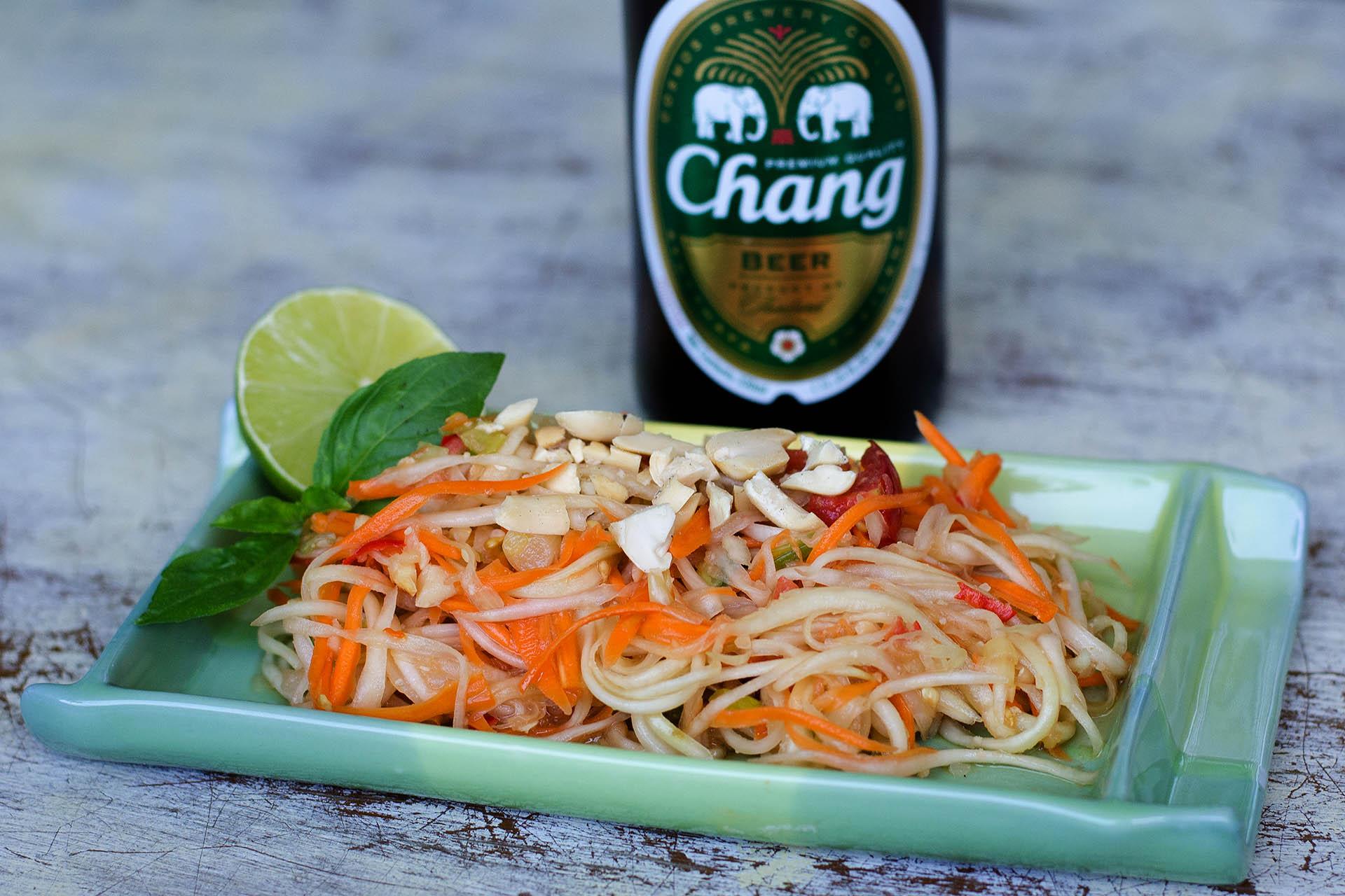 Papayasalat fertig mit Chang Bier