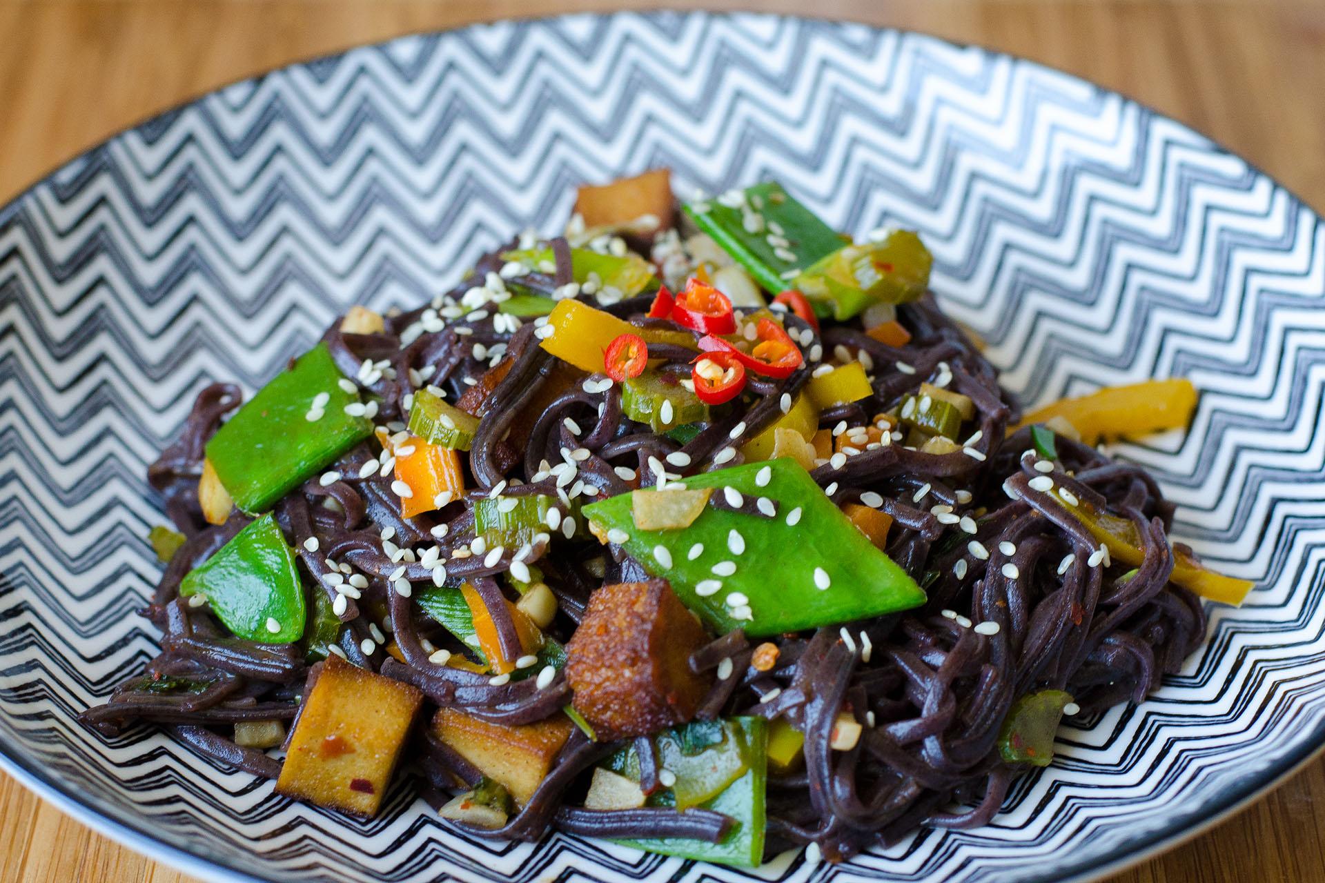 Schwarze Reisnudeln mit Tofu und Sesam