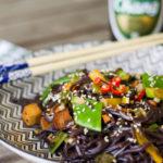 Schwarze Reisnudeln mit Sesam und Tofu