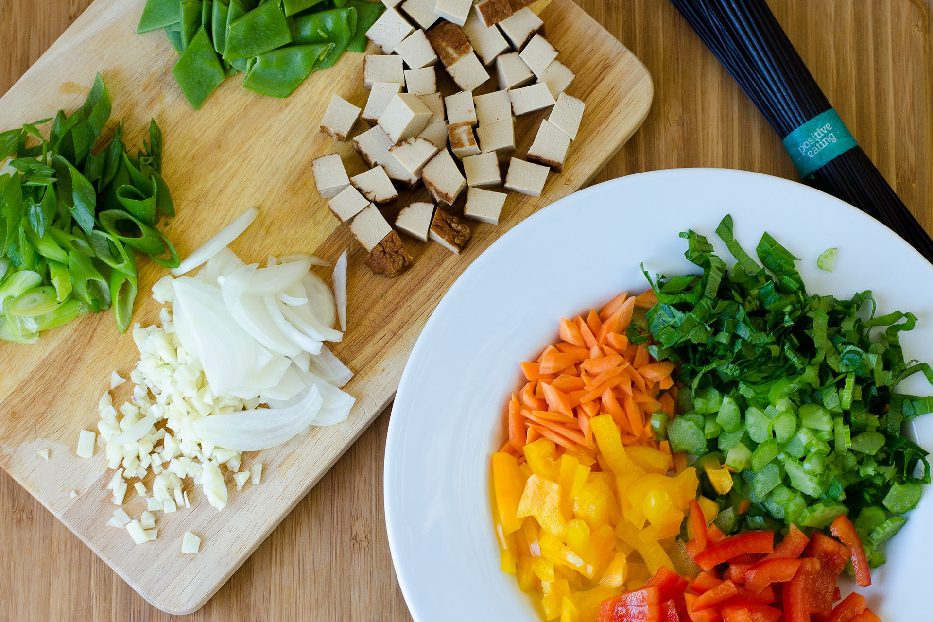Zutaten geschnitten für Schwarze Nudeln mit Tofu und Gemüse
