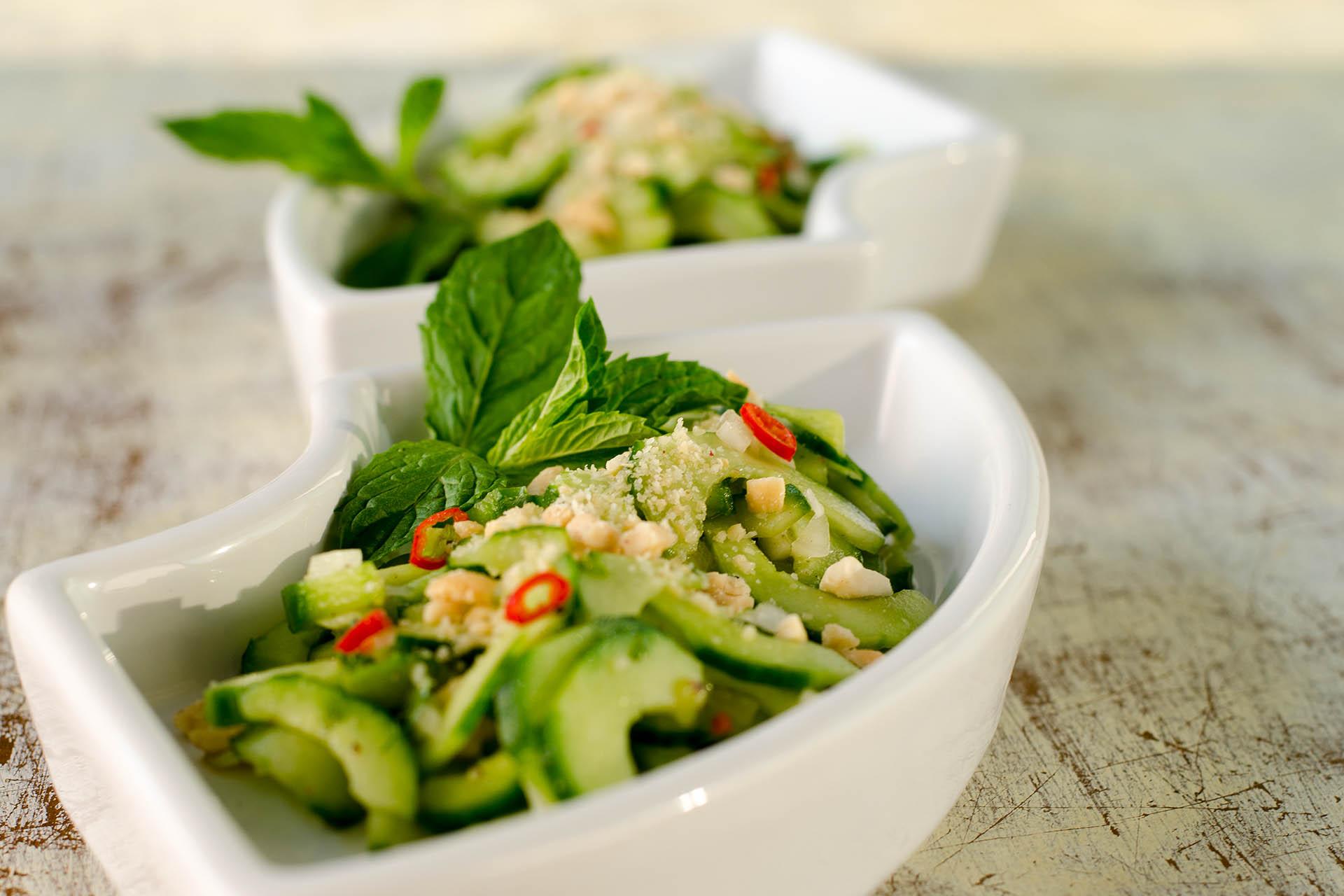 Thailändischer Gurkensalat fertig auf 2 Schalen