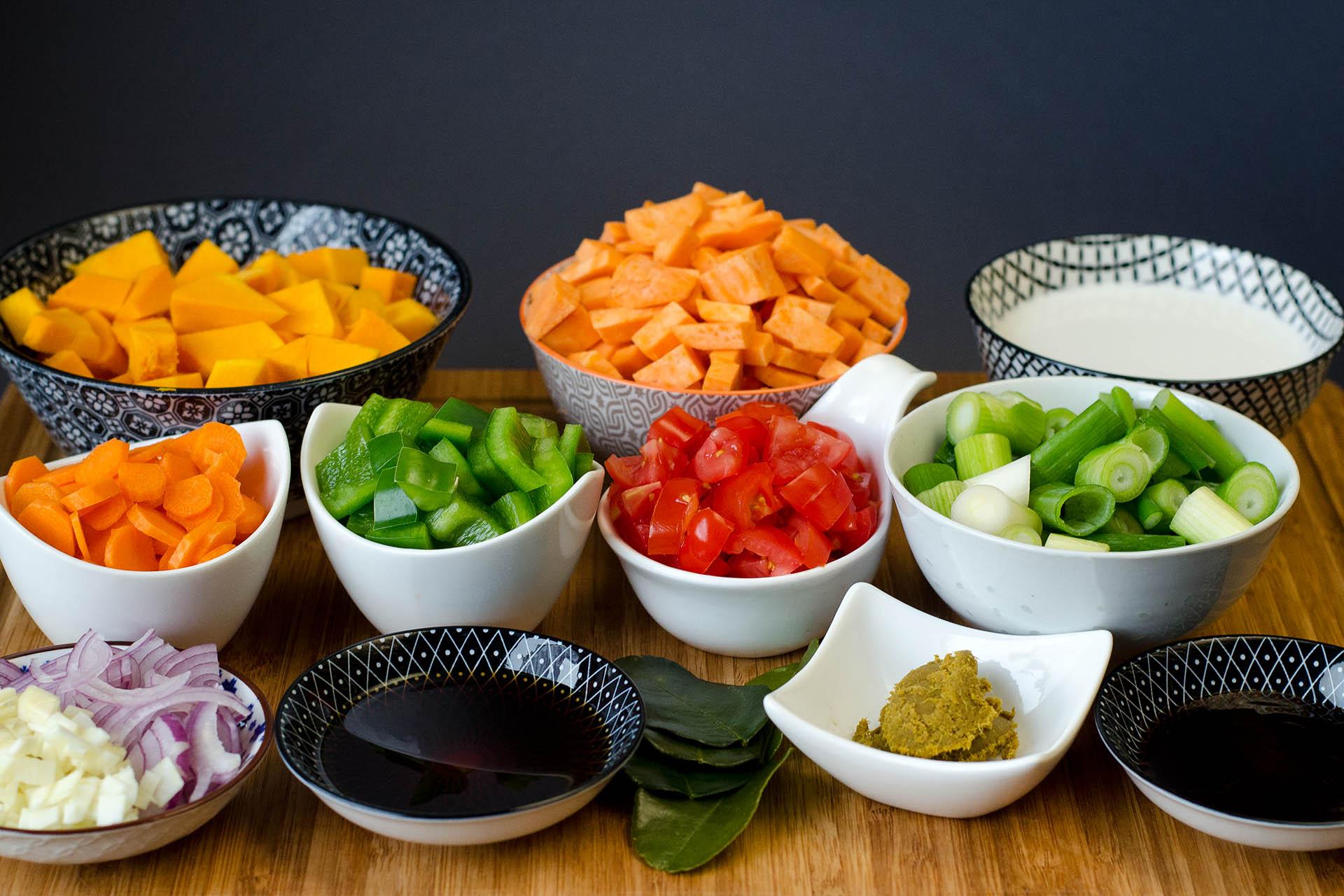 Zutaten für ein Grünes Curry mit Hokkaido Kürbis und Süßkartoffel kleingeschnitten