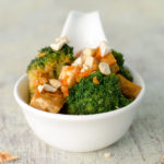 Zitronig scharfer Brokkoli mit Tofu und Cashewkernen