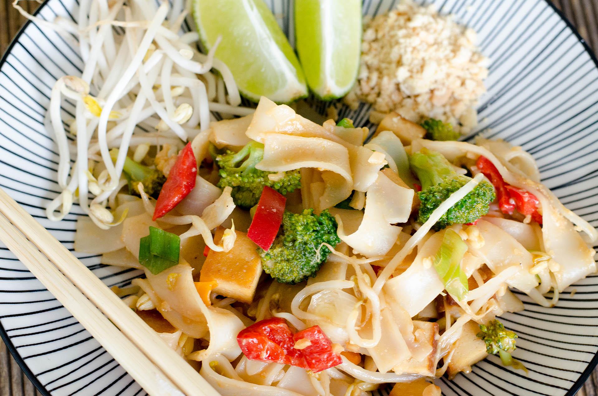 Veganes Pad Thai auf einem Teller