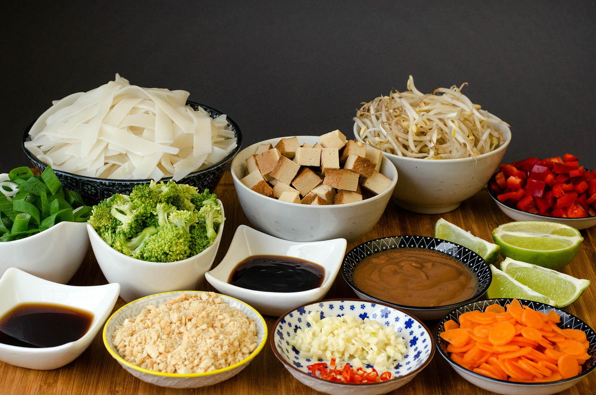 Zutaten für das vegane Pad Thai klein geschnitten