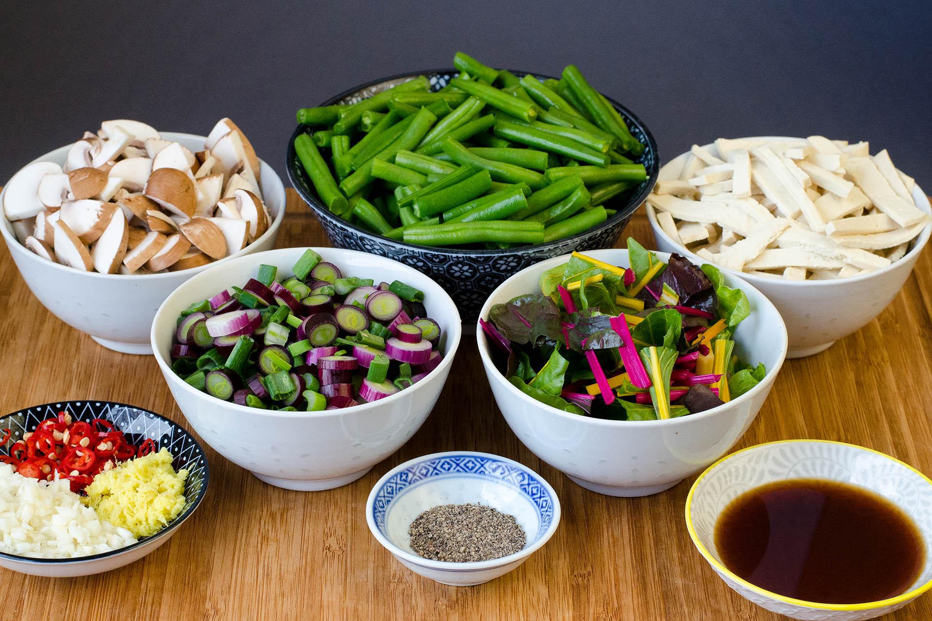 Zutaten für die feurig scharfen grüne Bohnen mit Champignons, Tofu und Ingwer im Thai-Style klein geschnitten