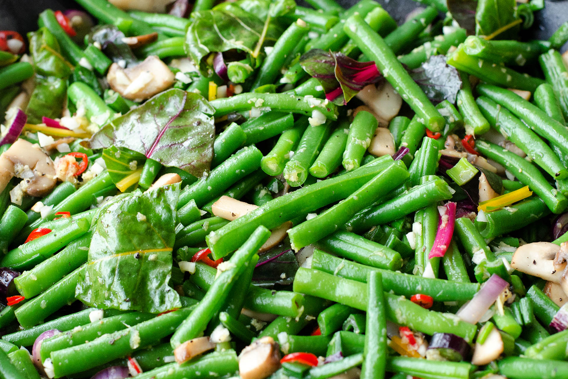 feurig scharfen grüne Bohnen mit Champignons, Tofu und Ingwer im Thai-Style im Wok