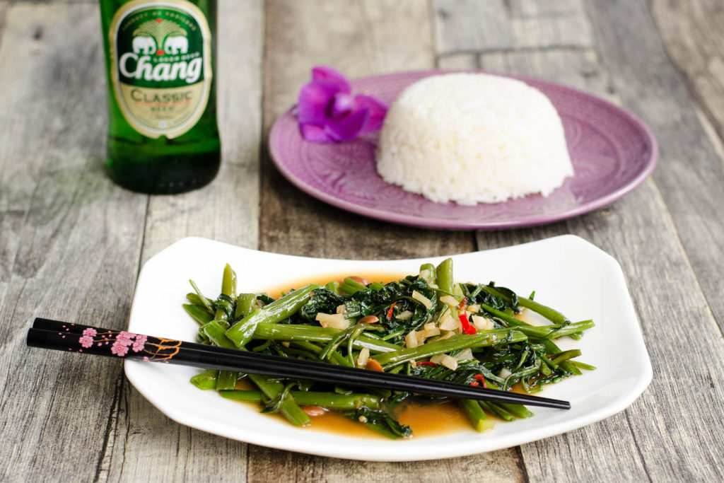 Pad Pak Bung Fai Daeng – Stir Fried Morning Glory ( Wasserspinat ) mit Knoblauch und Chili