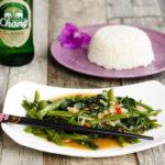 Pad Pak Bung Fai Daeng – Stir Fried Morning Glory ( Wasserspinat ) mit Knoblauch und Chili