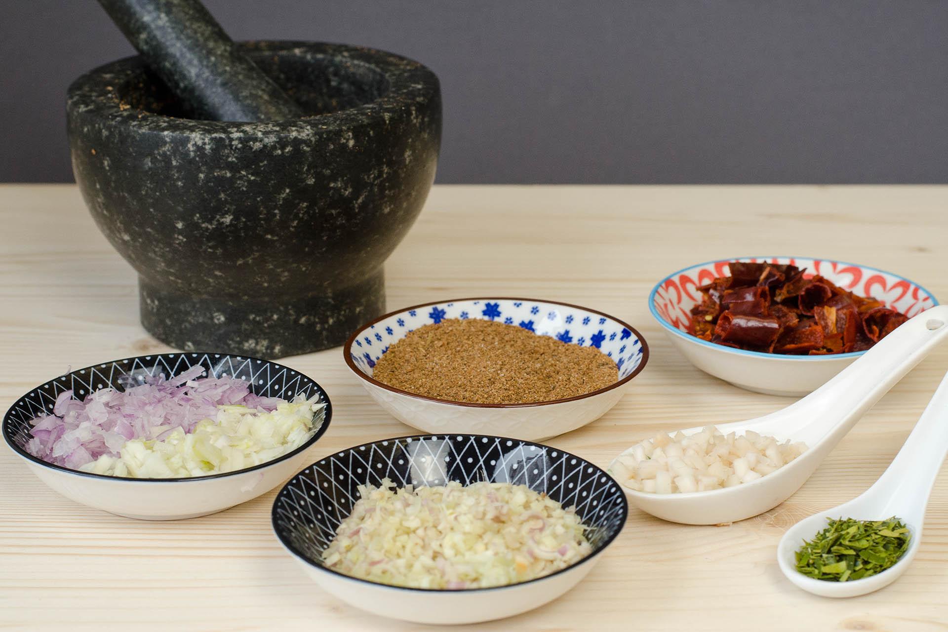 Zutaten für eine Massaman Curry Paste klein geschnitten