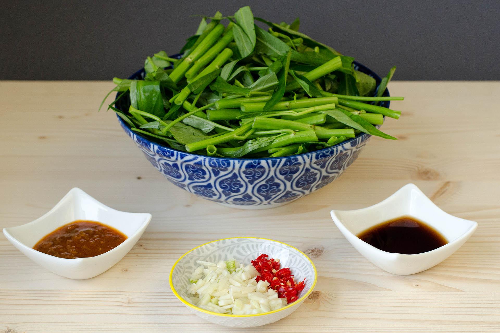Zutaten für Pad pak bung fai daeng klein geschnitten