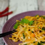 Curry-Nudeln, feurig scharf im Wokpiraten-Style