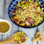 Regenbogen-Salat mit Ingwer-Zitronen-Dressing und knackigen Erdnüssen
