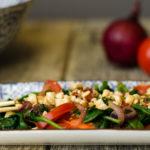 Tomatensalat nach burmesischer Art mit Blattspinat und Erdnüssen