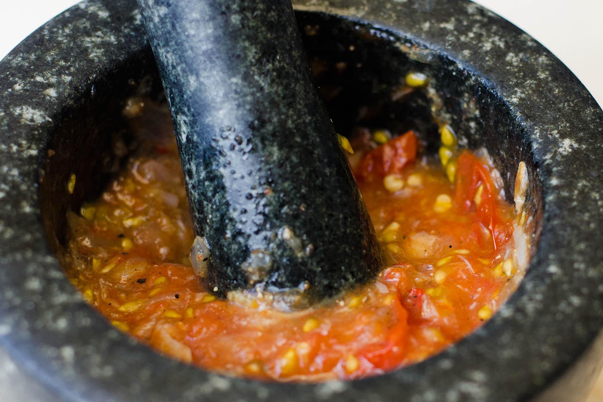 Laotischer Tomaten Dip Jeow Mak Len im Mörser