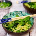 Zoodle Bowl – Zucchini Nudeln mit grünem Gemüse im Thai Style