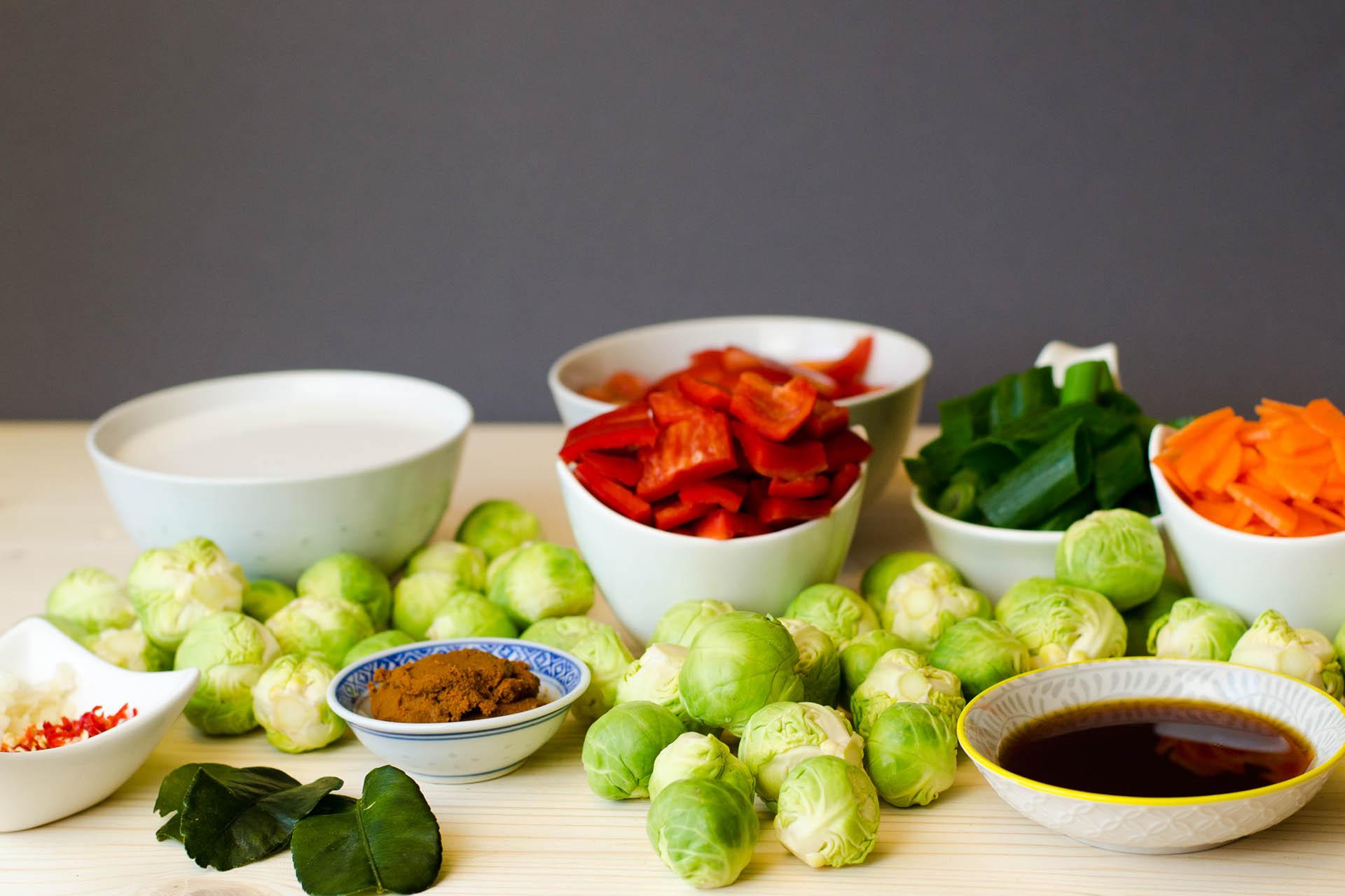 Die Zutaten für das Rosenkohl Curry klein geschnitten