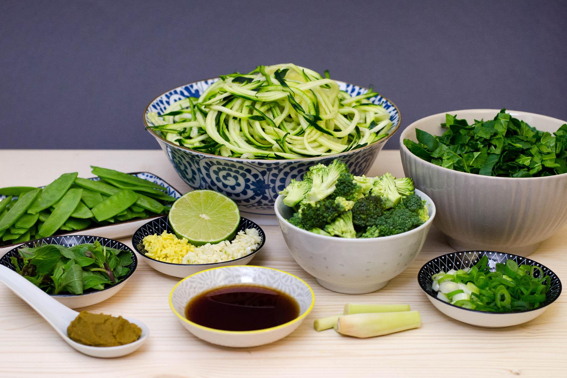 Zutaten für die Zoodle Bowl - Zucchini Nudeln mit grünem Gemüse im Thai Style klein geschnitten