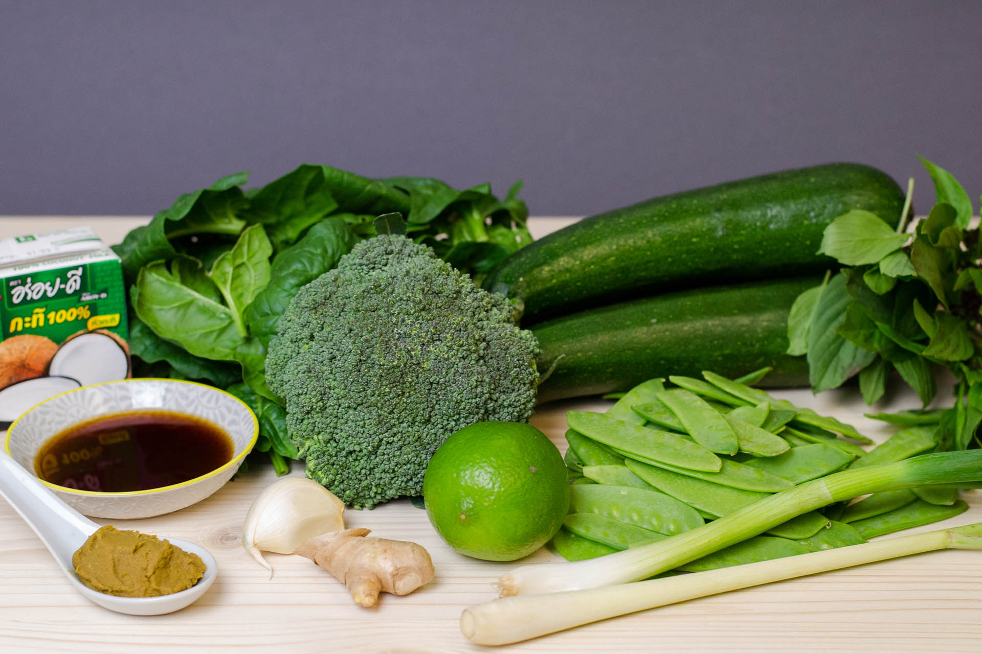 Zutaten für die Zucchini Nudeln mit grünem Gemüse im Thai Style