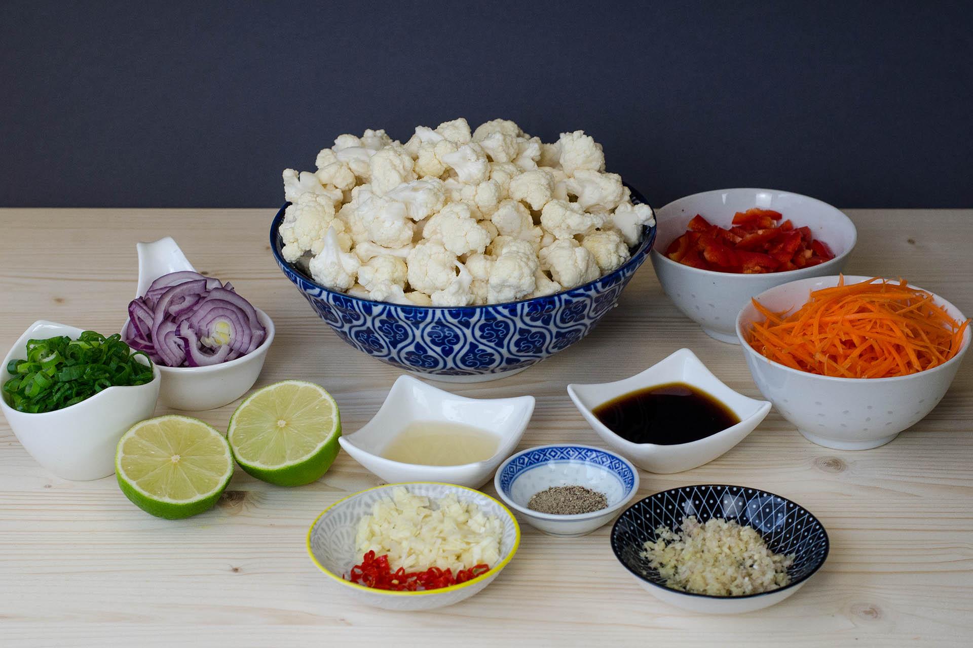 Zutaten klein geschitten für den thailändischen Blumenkohlsalat
