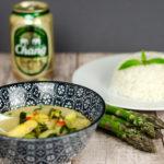 Grünes Thai Curry mit grünem und weißem Spargel und Pak Choi
