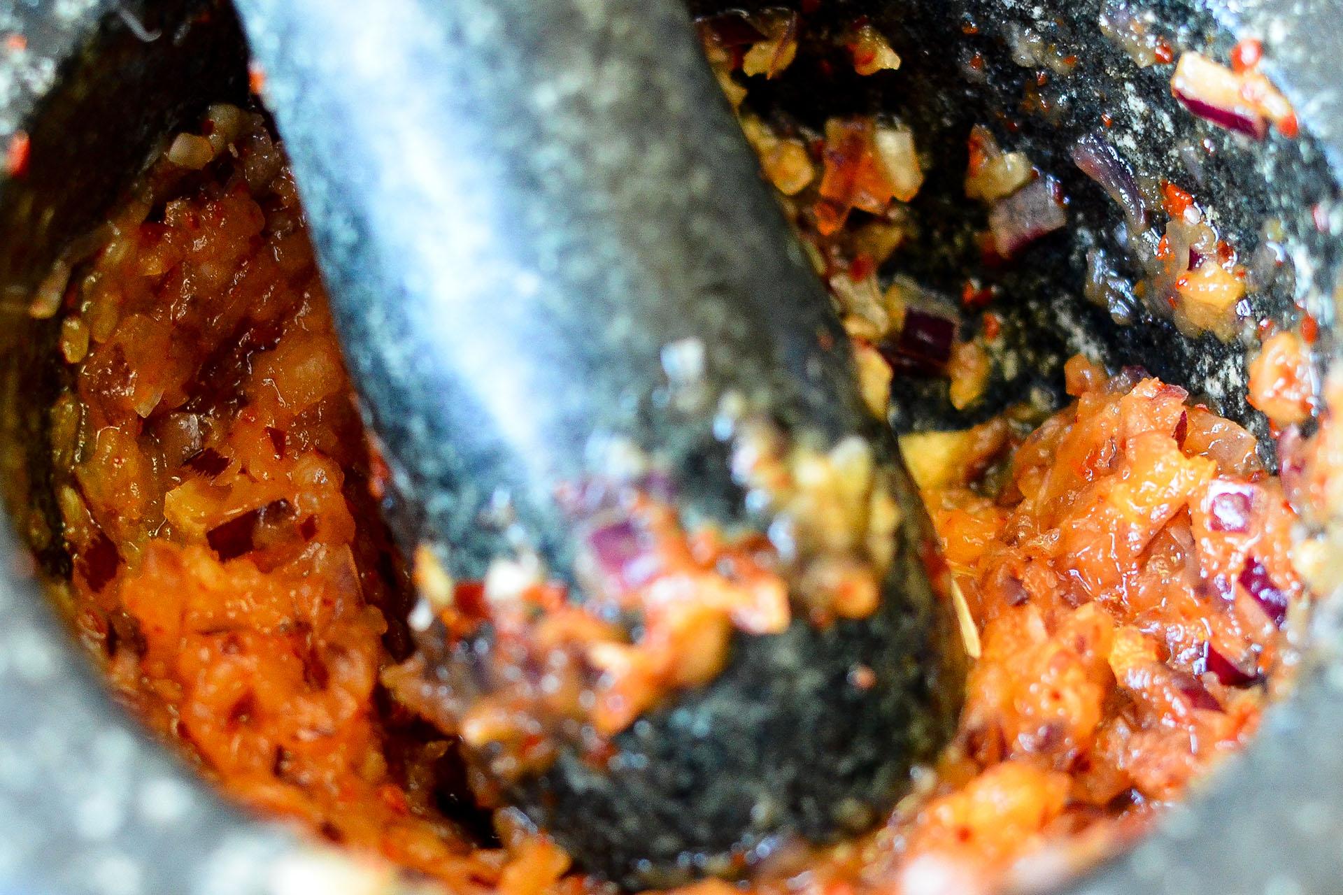 Zubereitung der Curry Paste für veganes Gado Gado Erdnusssauce