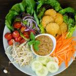 Veganes Gado Gado – Indonesischer Salat mit Erdnussdressing